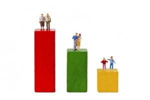 Stehende Figuren auf bunten Bauklötzen freigestellt auf weissem Hintergrund