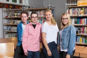 Vier Schüler in der Bücherei